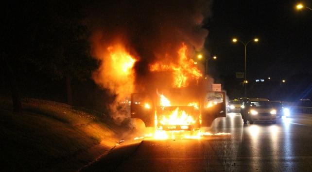 Bayrampaşada yanarak hareket eden kamyon ortalığı birbirine kattı