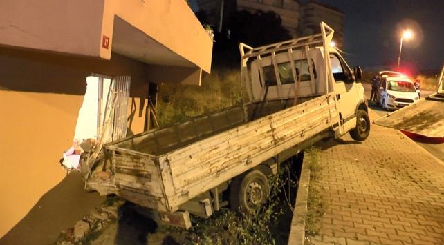 Alkollü sürücünün kullandığı kamyonet bir evin yatak odasına girdi