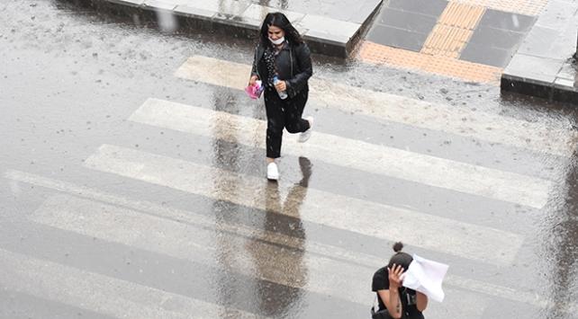 İki kentte şiddetli yağış etkili oldu