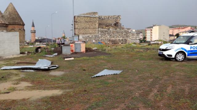Erzurum'da hortum evlerin çatılarını uçurdu