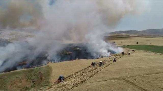 Buğday tarlasındaki yangının büyümesini böyle engellediler