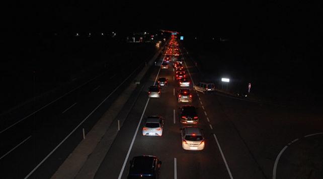Yazlıkçılar İstanbula dönüş yolunda araç kuyruğuna takıldı
