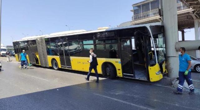 Beylikdüzünde İETT otobüsü köprü ayağına çarptı: 16 yaralı