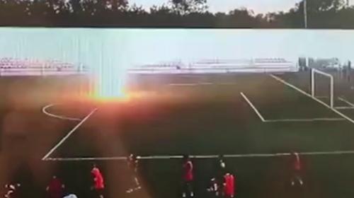 Rus futbolcunun üzerine yıldırımın düşme anı kamerada