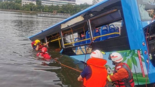 Çin'de yolcu otobüsü göle düştü: 21 ölü