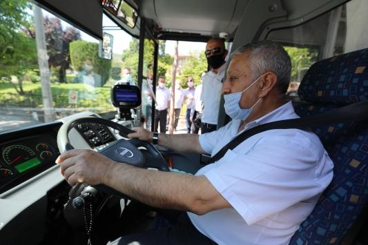 Afyonkarahisar Belediye Başkanı Zeybek, halk otobüsü direksiyonunda salgın önlemlerini denetledi