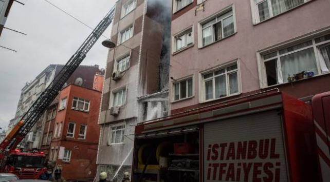 Fatihte metruk evde başlayan yangın apartmana sıçradı