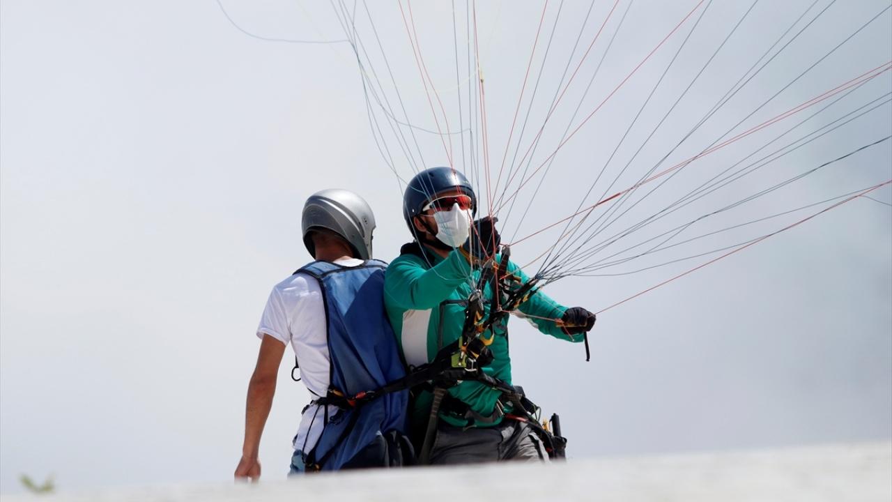 """Adrenalin tutkunlarının """"maskeli"""" uçuş keyfi"""