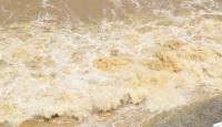 Akçakoca'da sağanağın ardından denizin rengi kahverengiye büründü