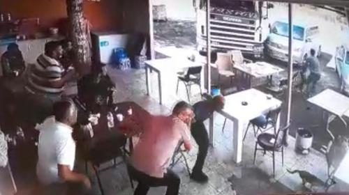 Freni boşalan tır lokantaya girdi