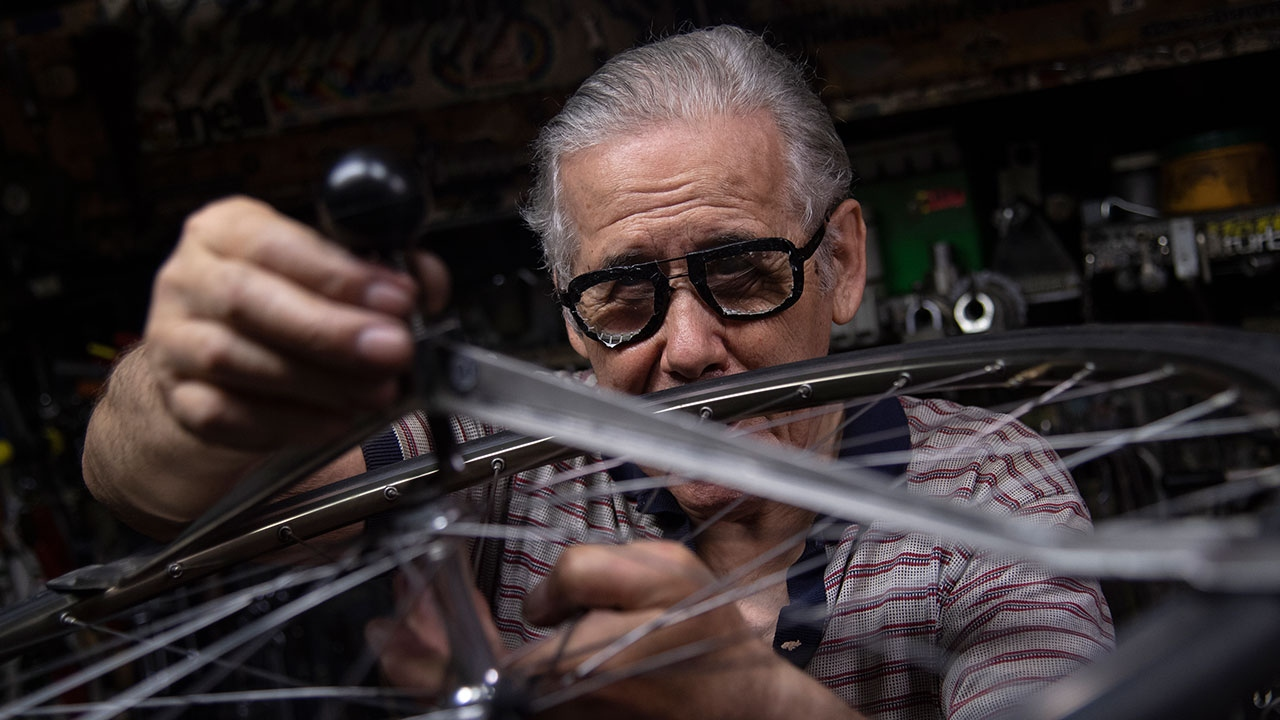 """Başkalarının """"imkansız"""" dediğini onaran İtalyan bisiklet tamircisi"""