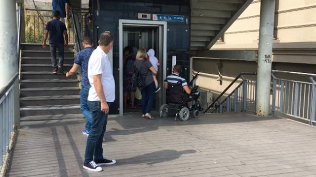 Metrobüs durağında engelli vatandaşı asansör sırasında beklettiler