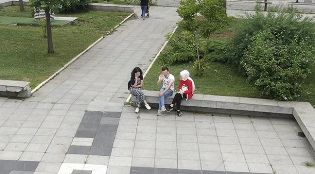 Maskesiz şekilde emniyet dronenuna el sallayan gençlere ceza