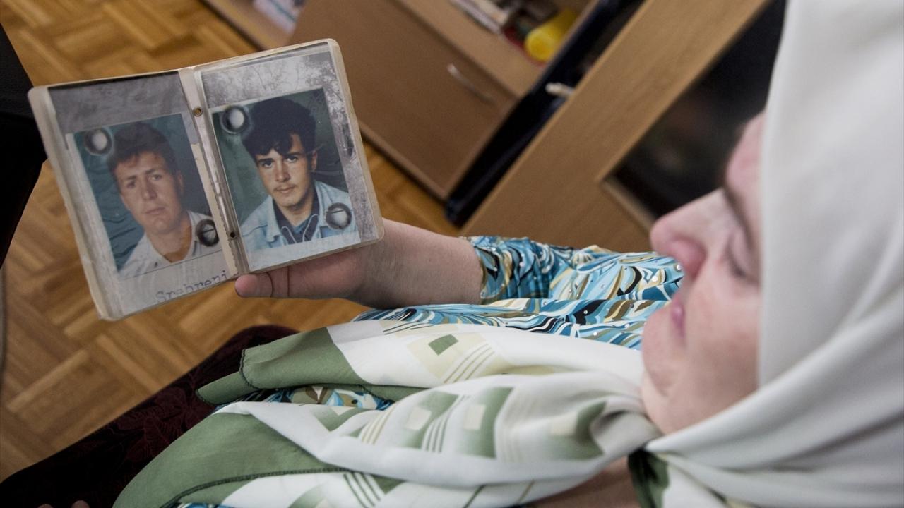 Srebrenitsa'da öldürülen bir oğlunu defnetmeye hazırlanan Boşnak aile, diğer oğlunuysa hala bulamadı