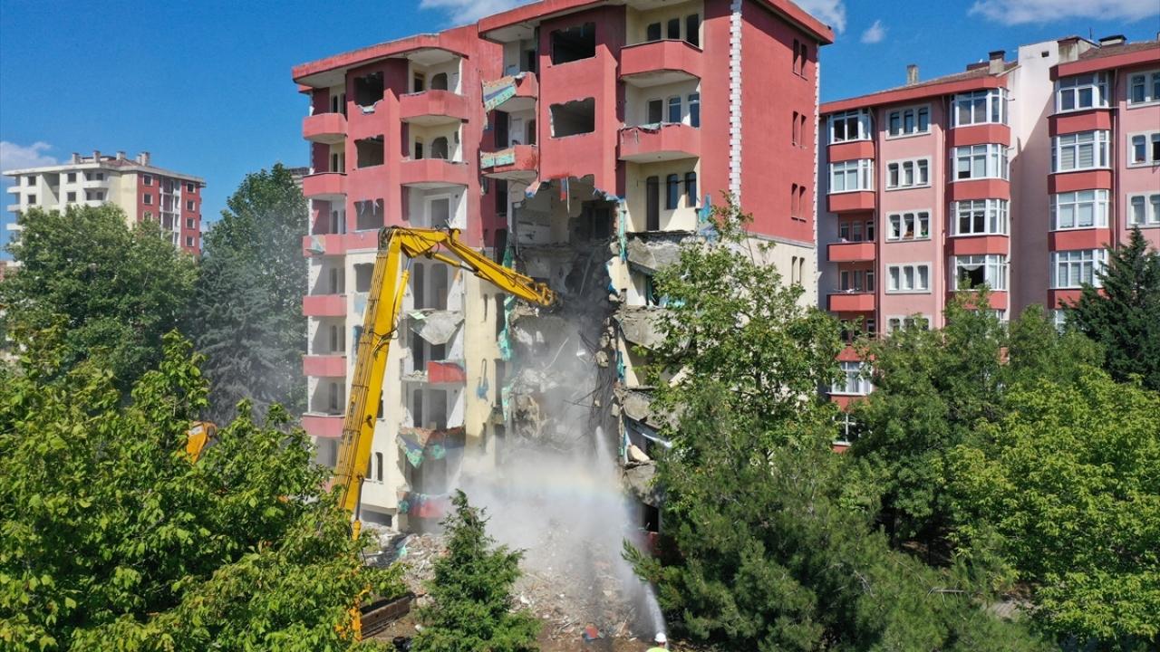 Büyükçekmece'de risk taşıyan binaların yıkımı sürüyor