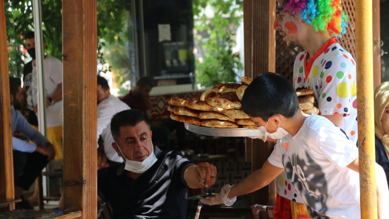 Siirt'te bisiklet almak için simit satan çocuğa doğum günü sürprizi