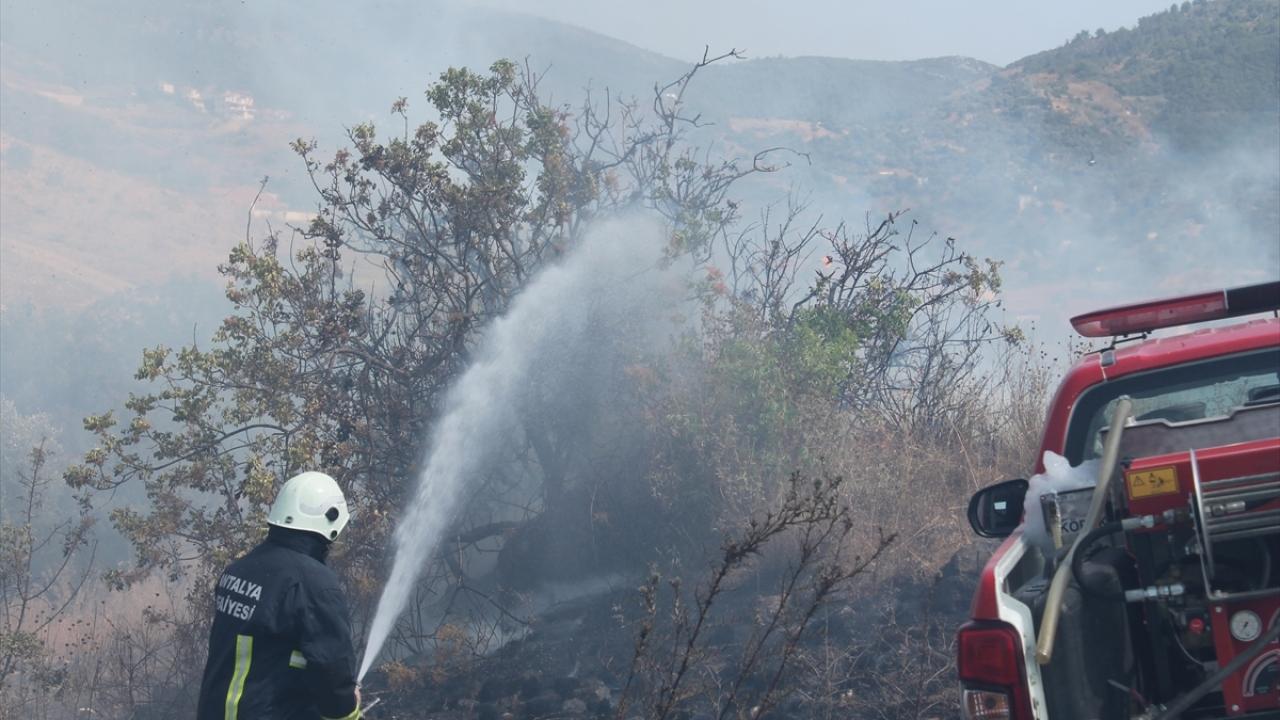 Antalya'da makilik ve çalılık alanda çıkan yangın söndürüldü