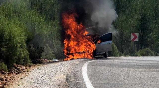 Seyir halindeki araç yandı, hamile sürücü kurtarıldı