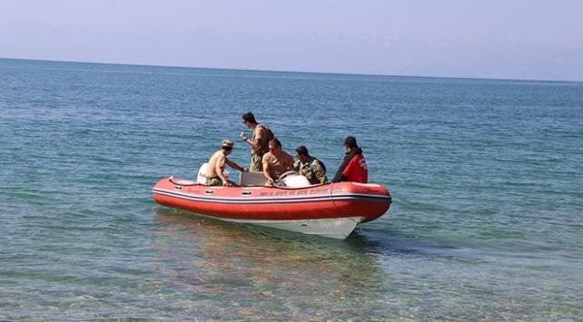 Van Gölünde batan teknedeki cesetlerin çıkarılması çalışmaları sürüyor