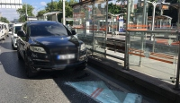 Seyir halindeki aracın üstüne tramvay durağının camı düştü