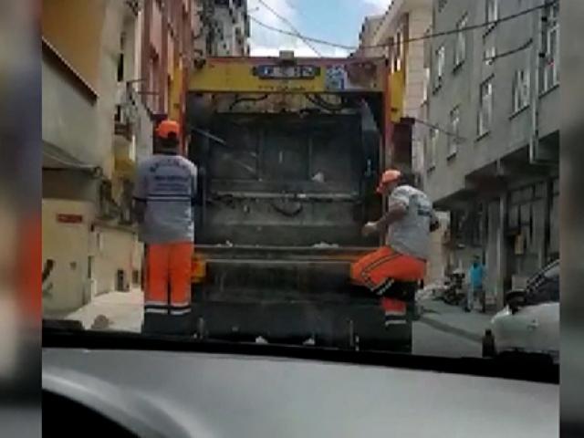 Temizlik görevlileri hem dans etti hem çöpleri topladı