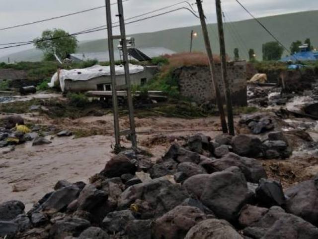 Karsta sel: Evler zarar gördü, hayvanlar telef oldu
