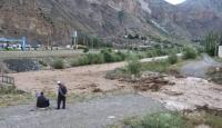 Erzurum'da dere taştı: 1 iş makinesi devrildi, 15 araç mahsur kaldı