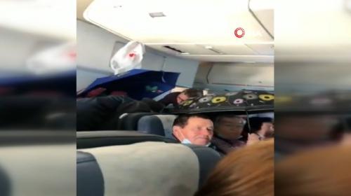 Rusya'da tavandan su akan uçakta şemsiye ile yolculuk