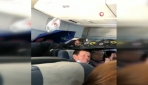 Rusyada tavandan su akan uçakta şemsiye ile yolculuk