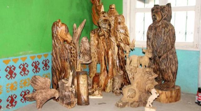 Kuruyan ağaçlardan heykel yapıyor