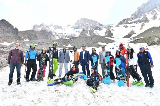 Erciyeste temmuz ayında sporcular kayak keyfi yaşıyor