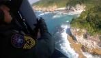Kayalıklarda mahsur kalan kişinin kurtarılma anı kamerada