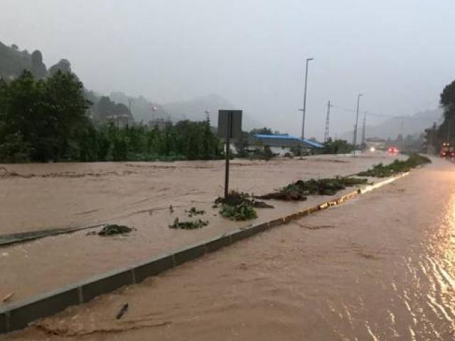 Rizede dere taştı, yaya köprüsü yıkıldı