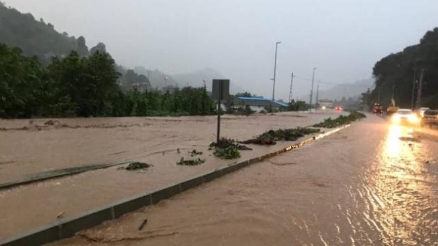 Rize'de dere taştı, yaya köprüsü yıkıldı