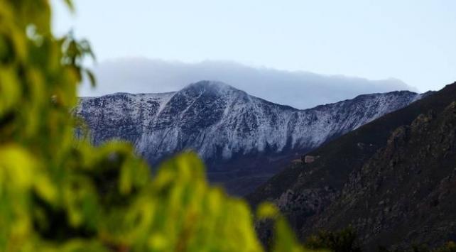 Esence Dağının zirvesi beyaza büründü
