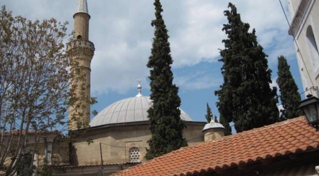 Yunanistanda tarihi camiye taşlı saldırı