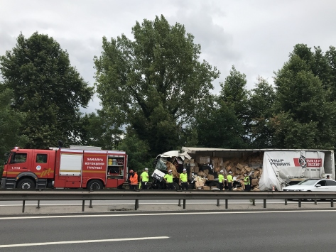 Anadolu Otoyolunda tıbbı malzeme yüklü tır kamyona çarptı: 1 ölü, 1 yaralı