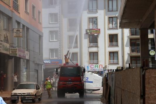 Tuncelide inşaat halindeki binada çıkan yangında mahsur kalan 2 işçi son anda kurtarıldı