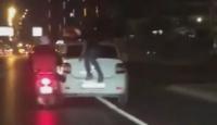 Motosiklet sürücüsü ayağıyla otomobili itti