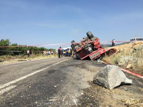 İzmirde yangına giden arazöz devrildi: 2 ölü, 2 yaralı