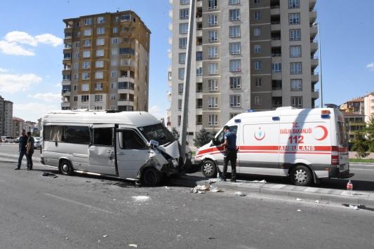 Kayseride servis minibüsü elektrik direğine çarptı: 10 yaralı