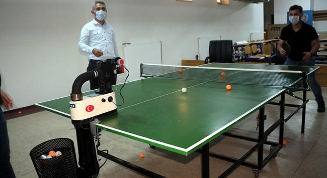 Öğretmenler masa tenisi top atma robotu üretti