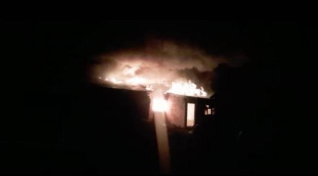 Ardahanda yangın: 2 ev, 1 ahır kullanılamaz hale geldi