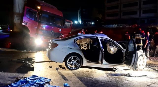 Kocaelide tır ile otomobil çarpıştı: 2 ölü, 1 yaralı