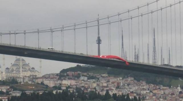 15 Temmuz Şehitler Köprüsüne Türk bayrağı asıldı