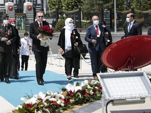 Cumhurbaşkanı Erdoğan, 15 Temmuz Anıtına çelenk bıraktı