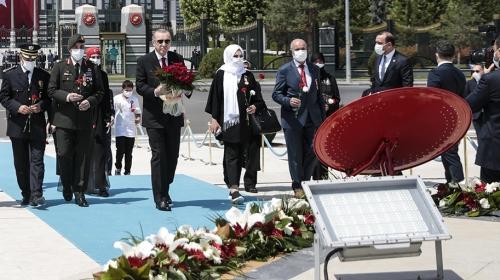 Cumhurbaşkanı Erdoğan, 15 Temmuz Anıtı'na çelenk bıraktı