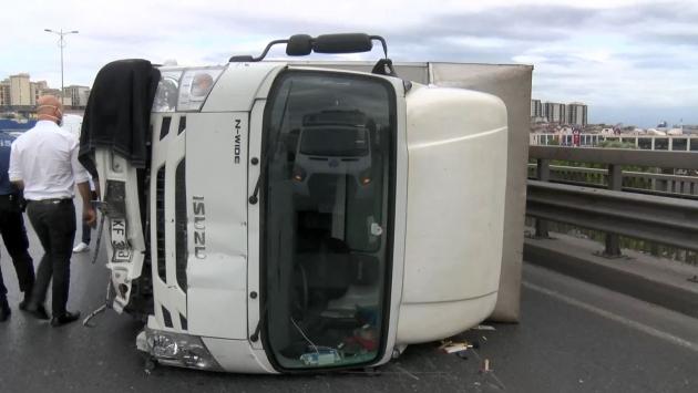 TEM Otoyolunda kamyonet devrildi: 2 yaralı