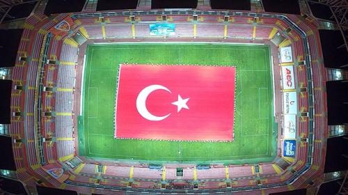 Stadyumda dev Türk bayrağı açıldı