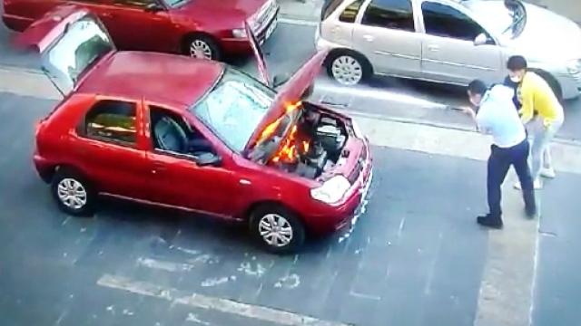 Seyir halindeyken yanan otomobili zabıta söndürdü